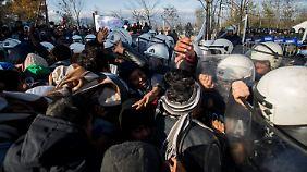 Die mazedonische Polizei ging mit Tränengas gegen die Menschen vor.