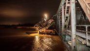 Tonnenweise Schrott: Frachter zerstört Eisenbahnbrücke über Ems