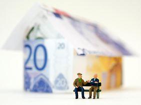 Die niedrigen Zinsen können derzeit potentielle Käufer gut fürs Eigenheim nutzen. Doch sollte die Finanzierung auch langfristig geplant sein.
