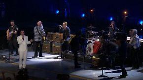 """""""War ein sehr bewegender Moment"""": Eagles of Death Metal treten mit U2 in Paris auf"""
