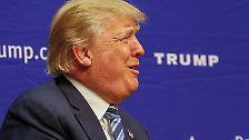 """Ende November verunglimpft Trump einen Journalisten der """"Washington Post"""". Bei einer Wahlkampfveranstaltung in South Carolina äfft er Serge Kovaleski, der eine angeborene Gelenkversteifung hat, nach."""