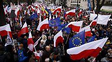"""Gegen """"Schleifung der Demokratie"""": 50.000 Polen demonstrieren gegen Regierung"""