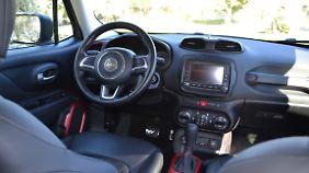 Auch im Innenraum der Fahrzeuge wird die Erinnerung an den Ur-Jeep Willys hochgehalten.