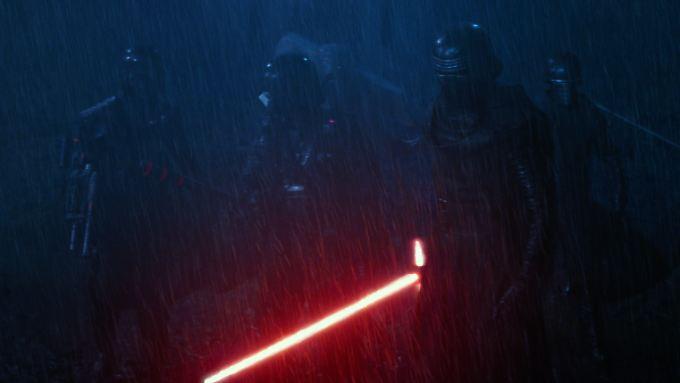 """Die Macht macht mobil - bei Arbeit, Sport & Spiel: Szene aus """"Star Wars: Episode VII""""."""