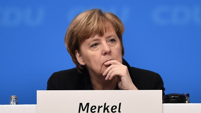Bundeskanzlerin Angela Merkel beim CDU-Parteitag in nachdenklicher Pose.