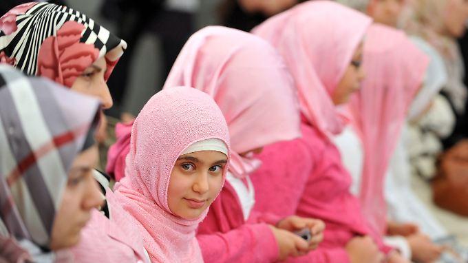 Gleichberechtigt? Bislang ist der Islam in Deutschland nicht als Religionsgemeinschaft staatlich gleichgestellt (junge Muslime in Köln).