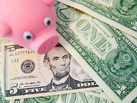 Mehr Geld für das Sparschwein? Die Leitzinserhöhung der US-Notenbank wirkt sich vorerst nur gering auf deutsche Sparer und Kreditnehmer aus. Der Dollar dürfte aber stärker werden.