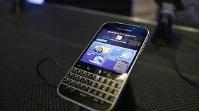 """Mit solchen Geräten war Blackberry einst Marktführer - für Nostalgiefreunde hat der Smartphone-Pionier das Modell """"Classic"""" m Portfolio. Foto: Andrew Gombert/Archiv"""