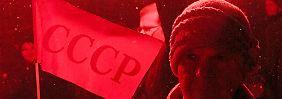 Anhänger der UdSSR gehen am Jahrestag der Oktoberrevolution auf die Straße.