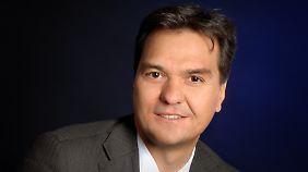 """Dr. Martin Hebler leitet das Technologiezentrum """"w-tec"""" in Wuppertal. Seit dreizehn Jahren berät er Menschen auf dem Weg in die Selbstständigkeit."""