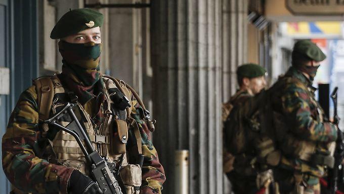 Schwerbewaffnete Soldaten patrouillieren im Zentrum von Brüssel.