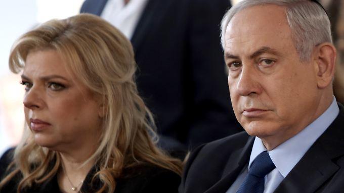 Sara und Benjamin Netanjahu werden nicht reich durch das Gehalt des Regierungschefs.