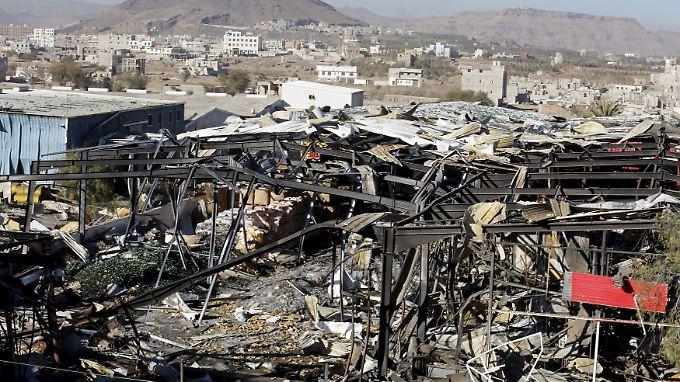 Eine bei saudischen Luftangriffen zerstörte Fabrik in Jemens Hauptstadt Sanaa.