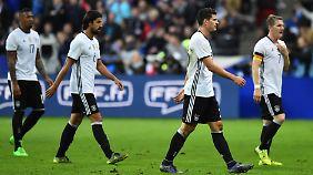 Jerome Boateng, Sami Khedira, Mario Gómez und Bastian Schweinsteiger (v.l.) laufen nach verlorenem Freundschaftsspiel gegen Frankreich pikiert über das Spielfeld.