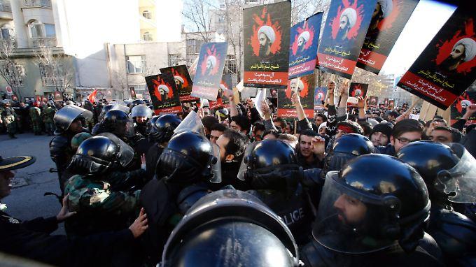 Hunderte Demonstranten versuchten auch am Sonntag, auf das Gelände der saudiarabischen Botschaft vorzudringen.