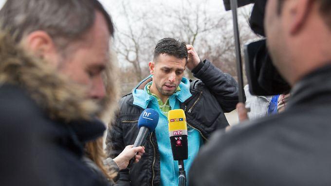Der aus Syrien stammende Flüchtling Haitham Almrashli spricht mit Reportern über die Schüsse auf seine Unterkunft.