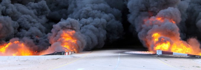 Brennendes Öl aus den Lagertanks bei As Sidr (Archivbild): Der Angriff auf die Ölindustrie gefährdet die wirtschaftliche Zukunft Libyens.