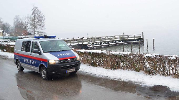 Die Polizei sucht am Ufer des Traunsees nach weiteren Spuren.