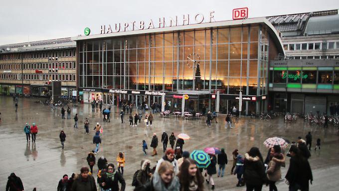 In der Silvesternacht sollen auf dem Vorplatz des Kölner Hauptbahnhofs aus einer Menge von etwa 1000 Männern heraus Frauen massiv belästigt worden sein.