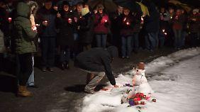 Viele Menschen zünden an der Stelle Kerzen an, an der das Mädchen erschossen worden war.