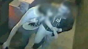 """Warnung der Polizei: Diebe machen sich mit """"Antanztrick"""" an Opfer heran"""