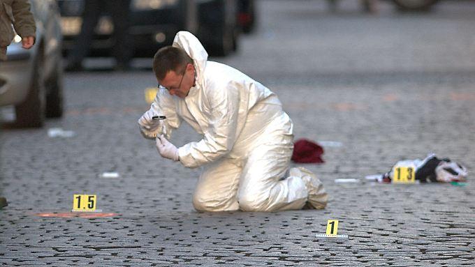 Ein Mitarbeiter der Spurensicherung untersucht den Tatort in Berlin-Wedding.