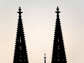 Zwischen den beiden großen Türmen des Kölner Doms gerade noch erkennbar: der Stern von Bethlehem.