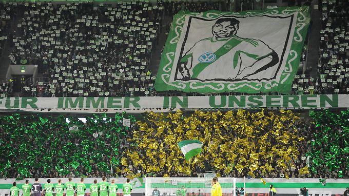 """""""Für immer in unseren Herzen"""": Fans des VfL Wolfsburg beim Rückrundenstart in der vergangenen Saison."""