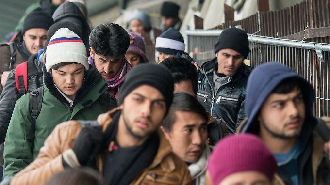 Auch im neuen Jahr kommen jeden Tag zahlreiche Flüchtlinge - wie hier im bayerischen Passau - an.