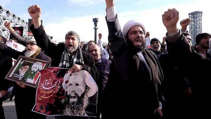 Iraner demonstrieren gegen die Hinrichtung des schiitischen Geistlichen Sheikh Nimr al-Nimr in Saudi-Arabien.