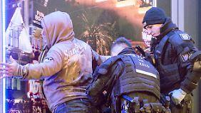 Polizisten kontrollieren im Rahmen der Razzi einen Passanten.