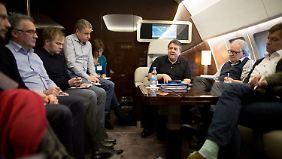 Auf dem Flug nach Kuba spricht Sigmar Gabriel mit Journalisten.