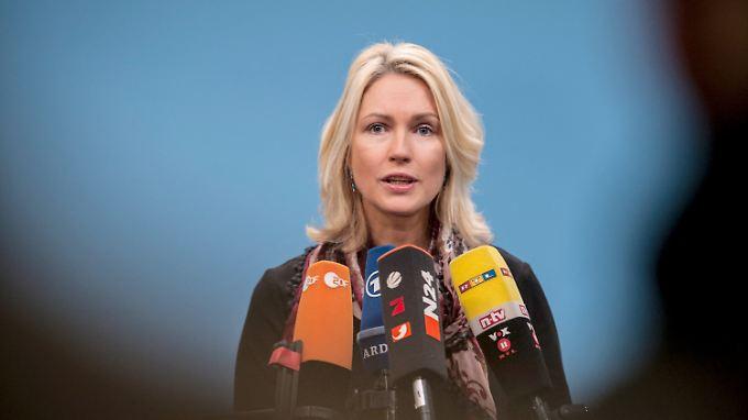 Die Frauenquote von Bundesfamilienministerin Schwesig hat bisher kaum Auswirkungen auf die Besetzung von Führungsposten in großen Unternehmen.