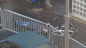 Der Erschossene wird von einem Sprengstoffroboter untersucht.