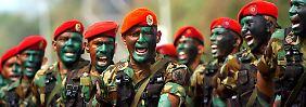 """Soldaten am """"Tag der Armee"""": Die Armee steht loyal hinter dem sozialistischen Präsidenten."""