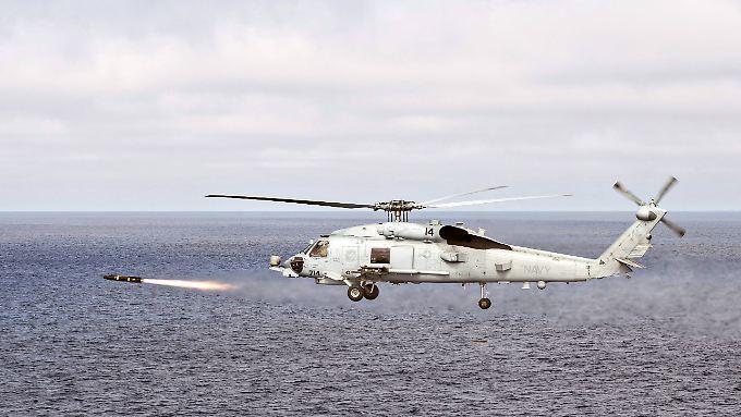 Eine Hellfire-Rakete wird von einem Seahawk-Helikopter abgefeuert.