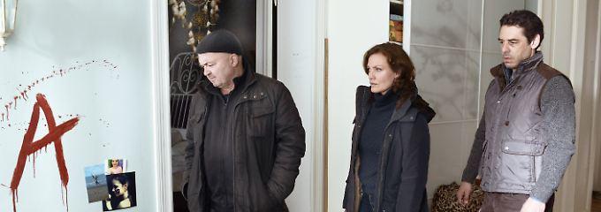 """Maja Maranow mit ihren Schauspielkollegen Florian Martens (l.) und Tobias Oertel in """"Ein starkes Team""""."""