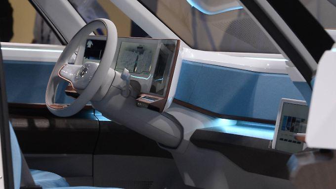 """""""Es wird sowohl auf der IT-Seite als auch auf der Automobil-Seite Unternehmen geben, die sehr erfolgreich sind, und solche, die es nicht sind"""": Blick in das Bulli-Konzept BUDD-e von Volkswagen."""