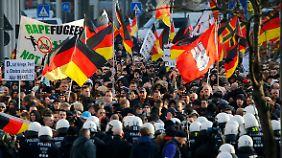 """""""Rapefugees not welcome"""": Mit Flaschen und Böllern gegen Polizeibeamte."""