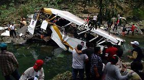 Der abgestürzte Bus ist völlig zerstört.