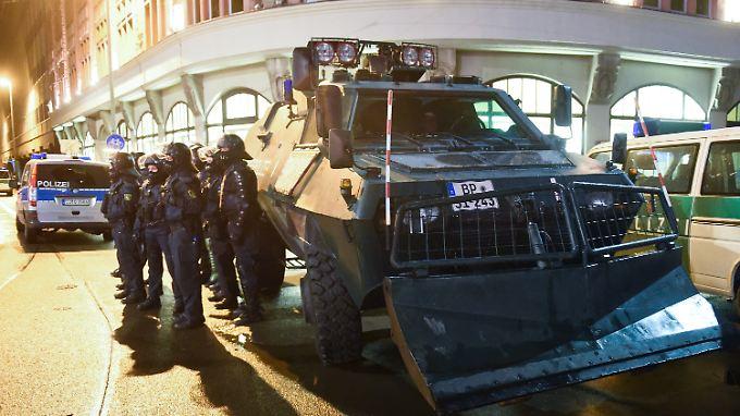 Die Polizei ist mit einem Großaufgebot in Leipzig im Einsatz.