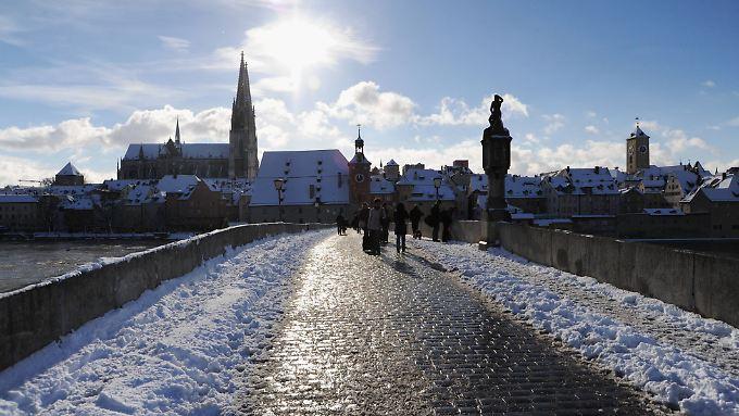 Im schönen Regensburg studiert Ssaman Mardi. Hier der Blick von der Steinernen Brücke auf die Altstadt und den Dom.