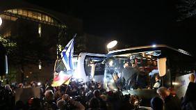 Druck auf Merkel aus der Union: Bus mit 50 Flüchtlingen erreicht Kanzleramt