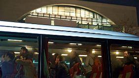 """Im Protest-Bus zum Kanzleramt: Flüchtlinge fühlen sich als """"Spielball"""""""