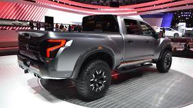 Ein Heckspoiler an der Ladeklappe, vier kantige Endrohrverblendungen und LED-Leuchten zieren das Heck des Nissan Titan Warrior.