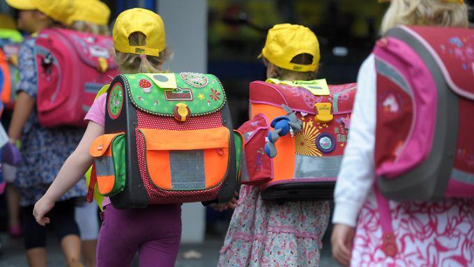 Erstklässler in Düsseldorf auf dem Weg in die Schule.