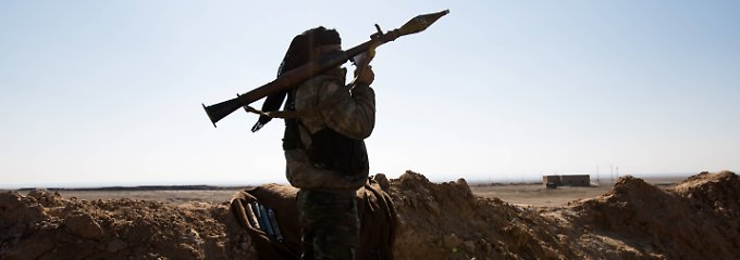 Im Osten Syriens hält ein Kämpfer der sunnitischen Sannadid-Einheit die Stellung gegen den Islamischen Staat, der sich in der Region ausbreitet.