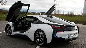 Wenn die Türen hochschwingen, recken Passanten die Hälse nach dem BMW i8.