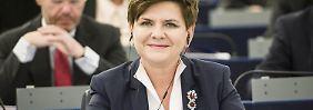 """Das blaue Kostüm, in dem Szydlo vor die Europaparlamentarier trat, ist ihre """"Kampfkleidung"""": So trat sie schon in den TV-Wahldebatten und am Wahlabend auf."""