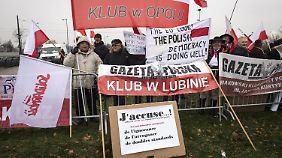 Die Vertreter der freien polnischen Presse demonstrierten in Straßburg gegen das neue polnische Mediengesetz.